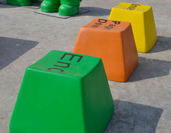 ספסל בצורת אותיות במקלדת לחצר בית ספר