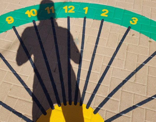 """משחק רצפה- שעון שמש אנושי  (ביה""""ס קיבוץ גת )"""