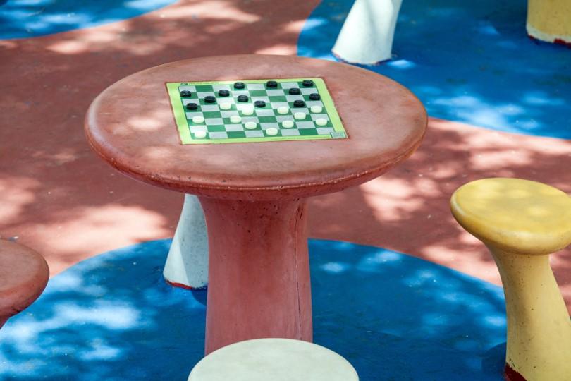 ספסלים  + שולחן משחקים