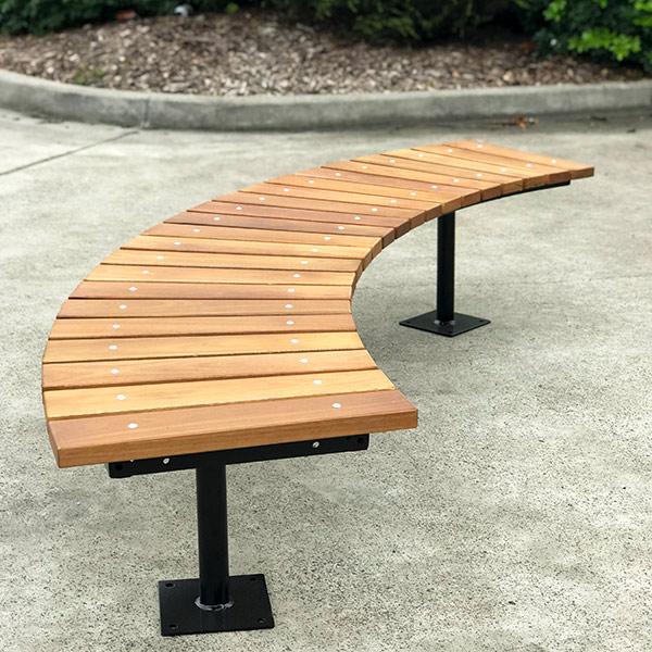 ספסל עץ מקומר