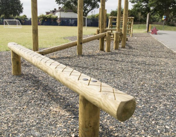 מסלול נינג'ה ילדים בגינה הציבורית