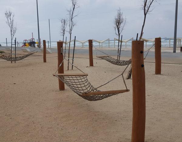 ערסלים מעץ רוביניה  -חוף הלידו  אשדוד